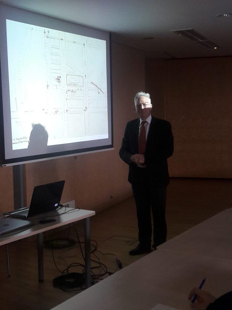 Senatspräsident Dr. Alfred Waldstätten erläutert den Situationsplan