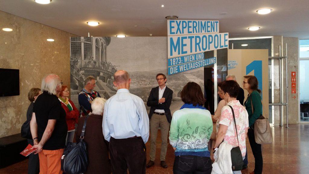 Der Kurator Dr. Ralph Gleis begrüßt unsere Gruppe im Eingangsbereich der Ausstellung