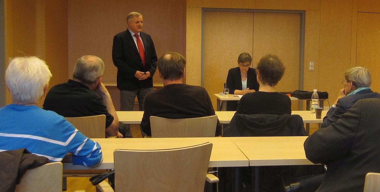 Begrüßung der Zuhörer und Vorstellung der Referentin durch den Präsidenten Dr. Karl Fischer.