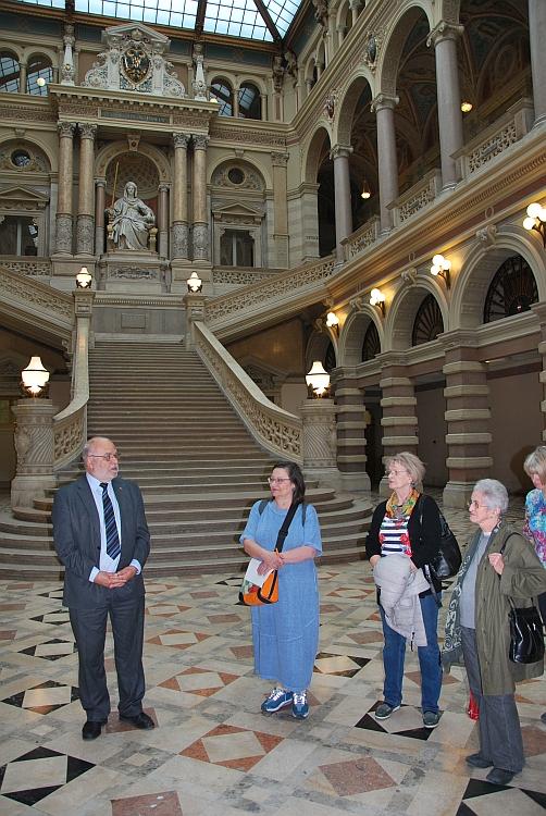 Die Gruppe in der Aula des Justizpalastes vor der Prunkstiege mit der Statue der Justitia von Emanuel Pendl.