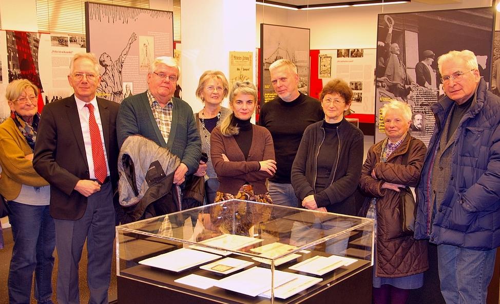 Die Führungsteilnehmer in der Ausstellung