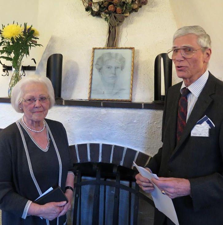 Frau Erna Ferstel und Univ.-Prof. Manfred Draudt vor einem Portrait von Alice Frith