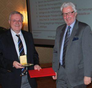 Der Präsident überreicht Univ.-Prof. Opll die Theodor-Georg-Ritter-von-Karajan-Medaille und die dazugehörige Urkunde