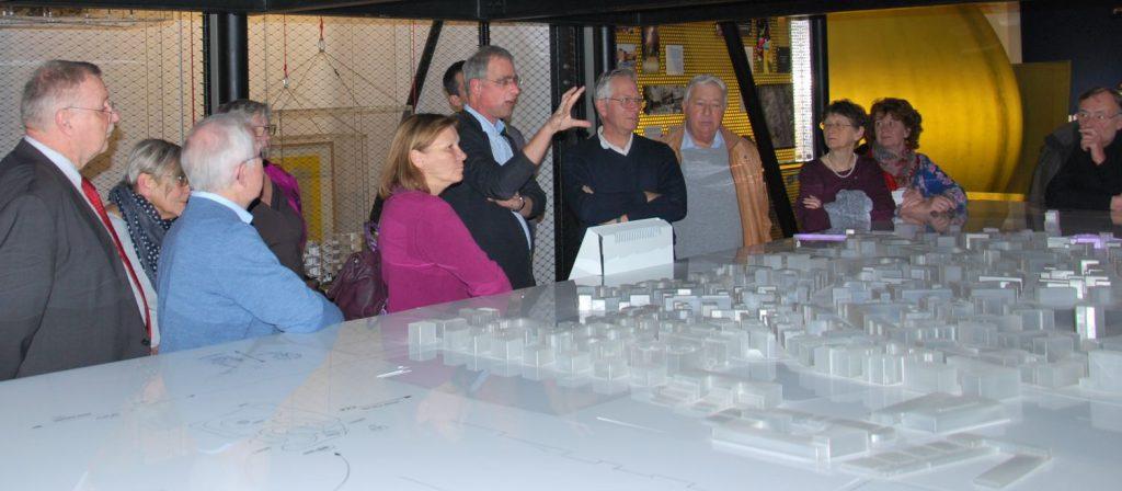 Dr. Payer vor dem stilisierten Modell eines Stadtteils