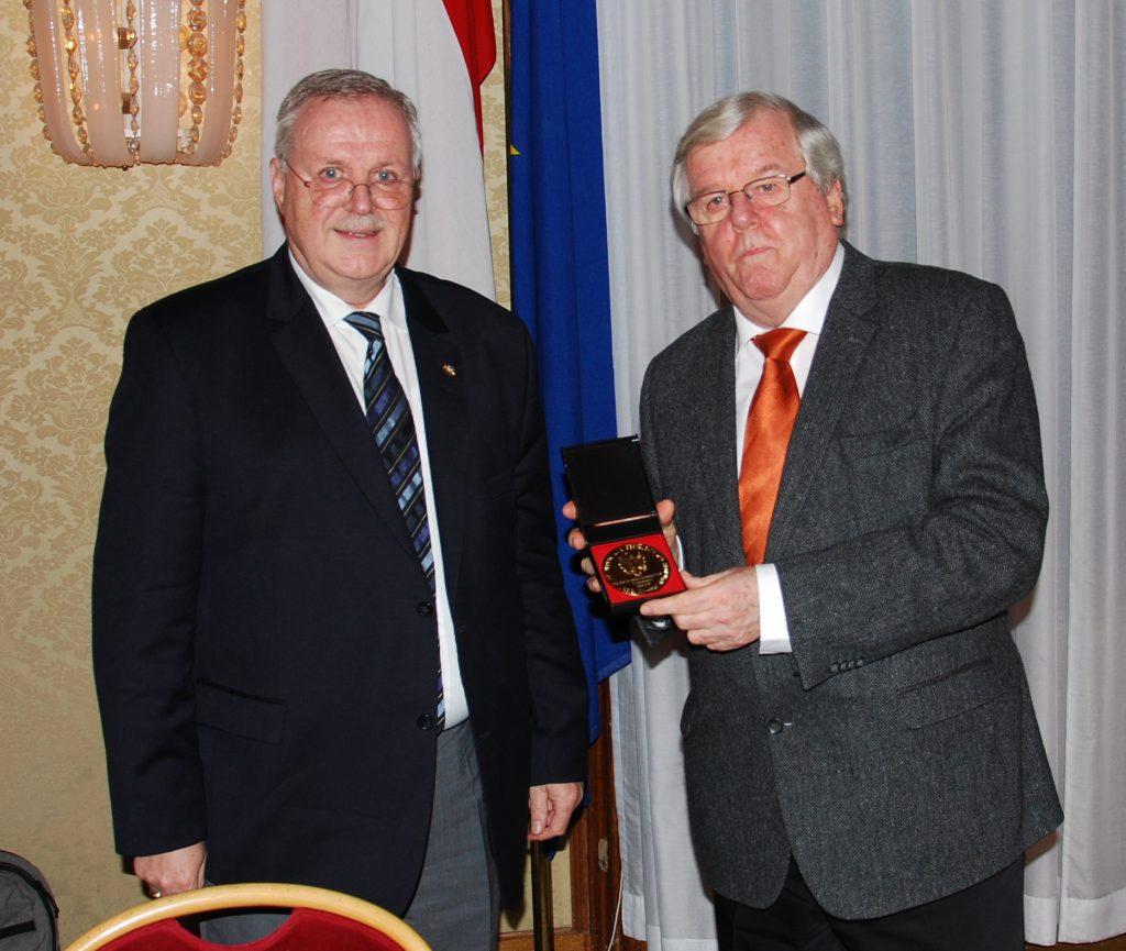 SR i.R. Prof Dr. Karl Fischer, MAS, und SR i.R. Prof. Dr. Helmut Kretschmer, MAS erhalten die Goldende Ehrenmedaille für ihre Verdienste um den Verein für Geschichte der Stadt Wien