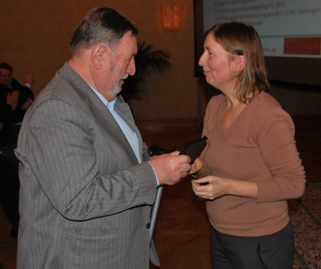 Das langjährige Vorstandsmitglied SR i.R. Dr. Walter Obermaier erhält die goldene Medaille für seine 50-jährige Mitgliedschaft