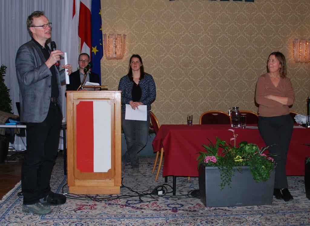 Das Vorstandsmitglied Univ.-Prof. Dr. Martin Scheutz beim Festvortrag mit seinen beiden Projektmitarbeiter_innen, Dr. Michael Pölzl und Dr. Irene Kubiska-Scharl
