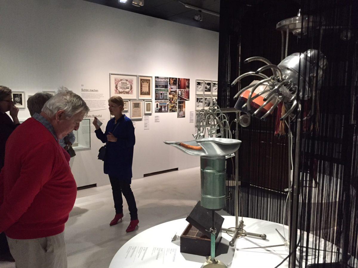 Verschiedene historische Geräte zur Haarpflege in der Ausstellung