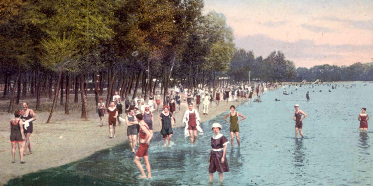 Historisches, koloriertes Foto von Badenden Menschen am Wiener Gänsehäufel