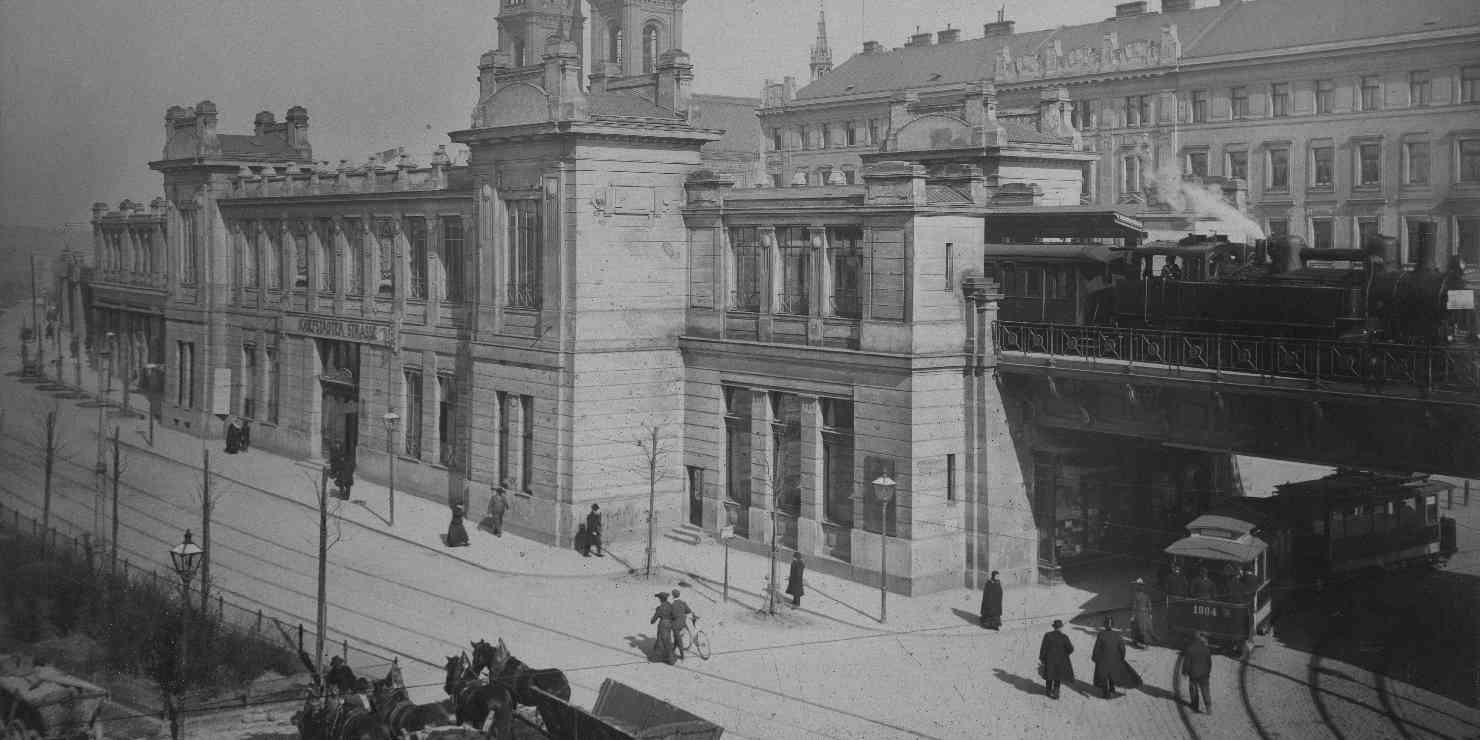Historisches Foto der Stadtbahnstation Josefstädter Straße mit Dampflokomotive und Straßenbahngarnitur