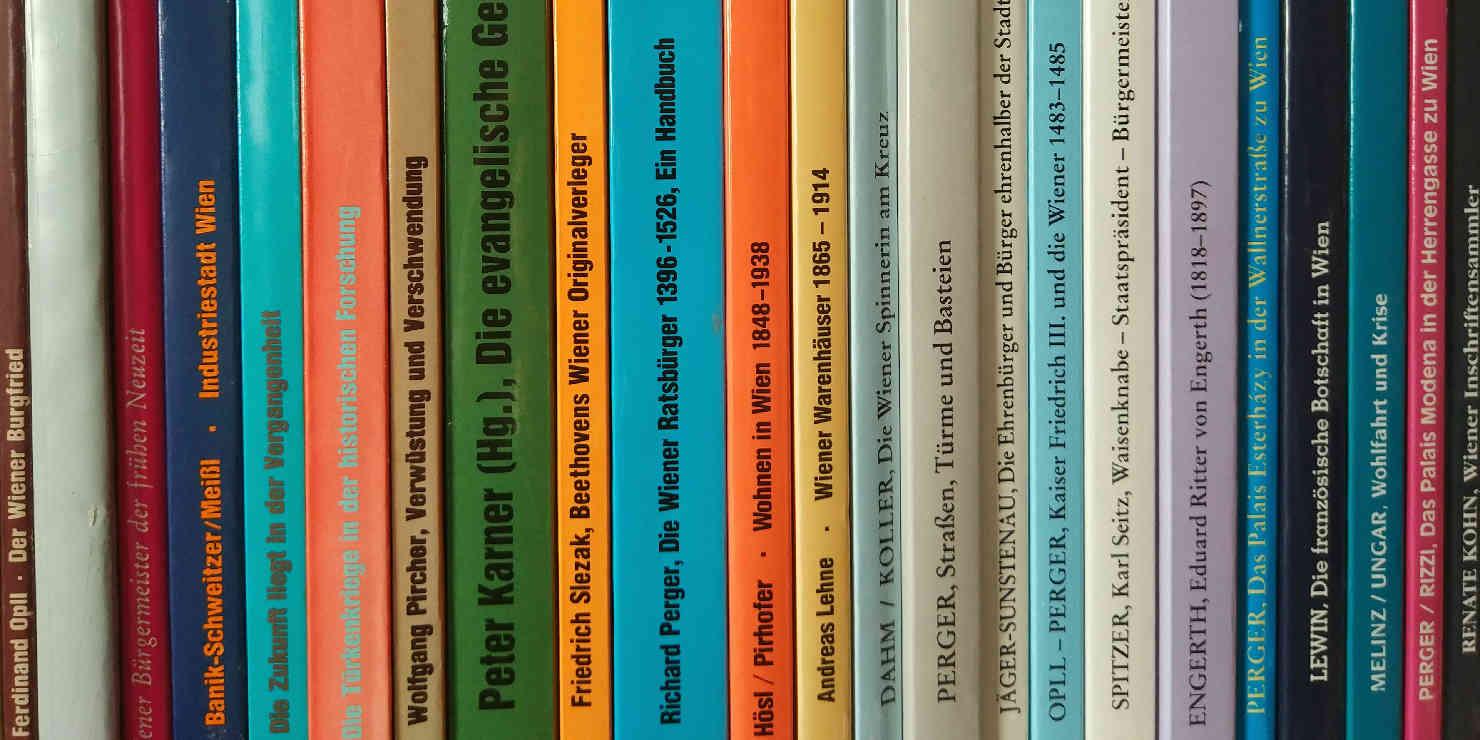 Viele Buchrücken in einem Regal