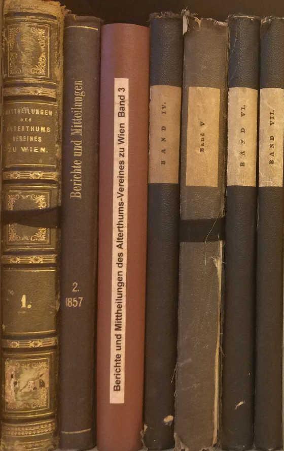 Buchrücken alter Publikationen des Vereins auf einem Regalbrett