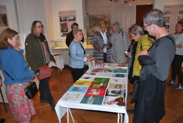 Maria Ettl erklärt die Arbeitsvorhaben des Bezirksmuseums Josefstadt (Foto: Alfred Paleczny)