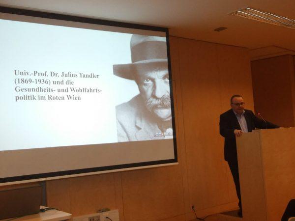 Dr. Peter Schwarz bei seinem Vortrag über Julius Tandler (Foto: Christoph Sonnlechner)