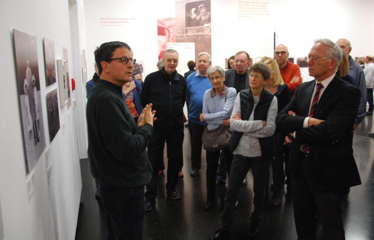Dr. Anton Holzer und die gruppe der Vereinsmitglieder