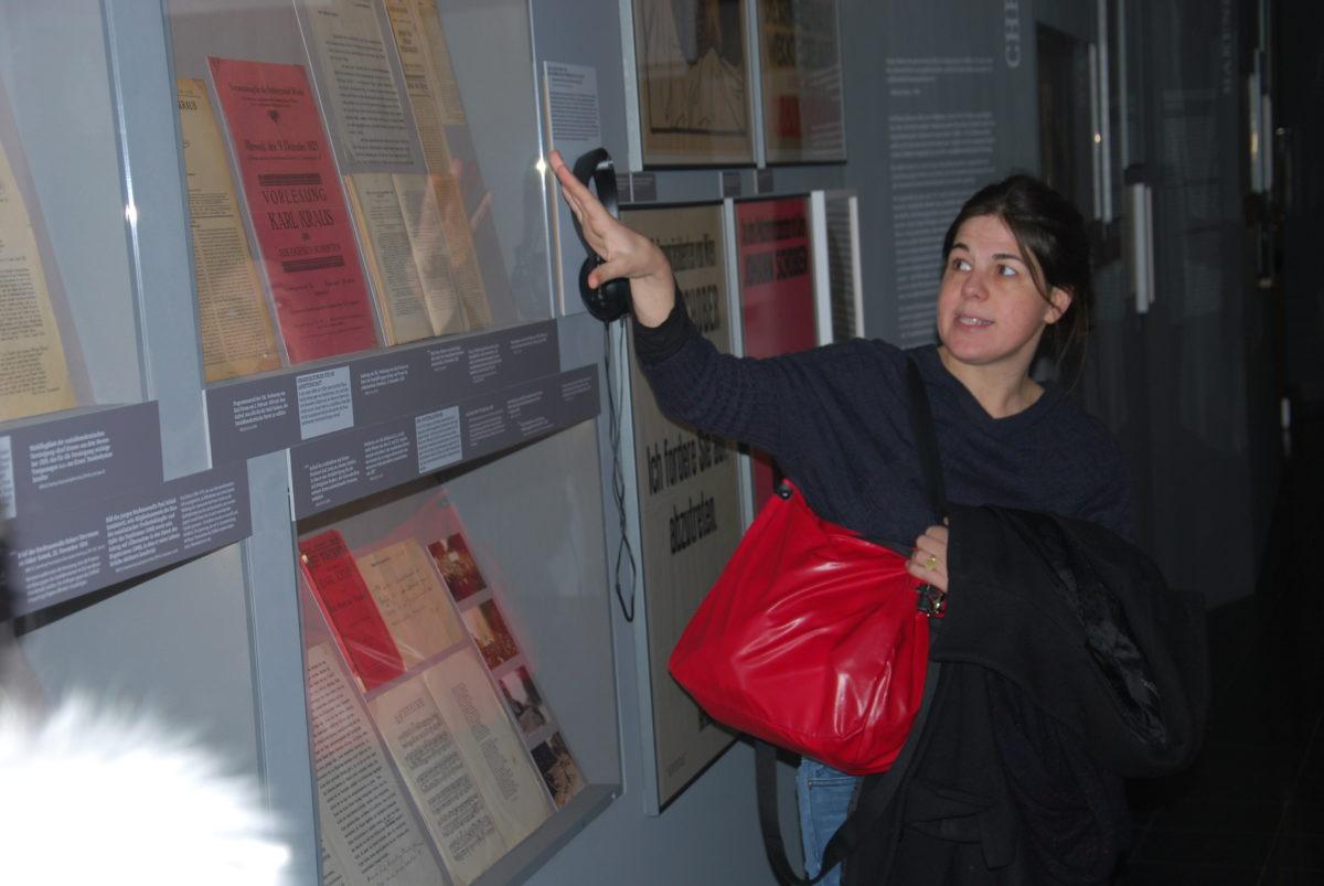 Dr.in Katharina Prager führt durch die Ausstellung