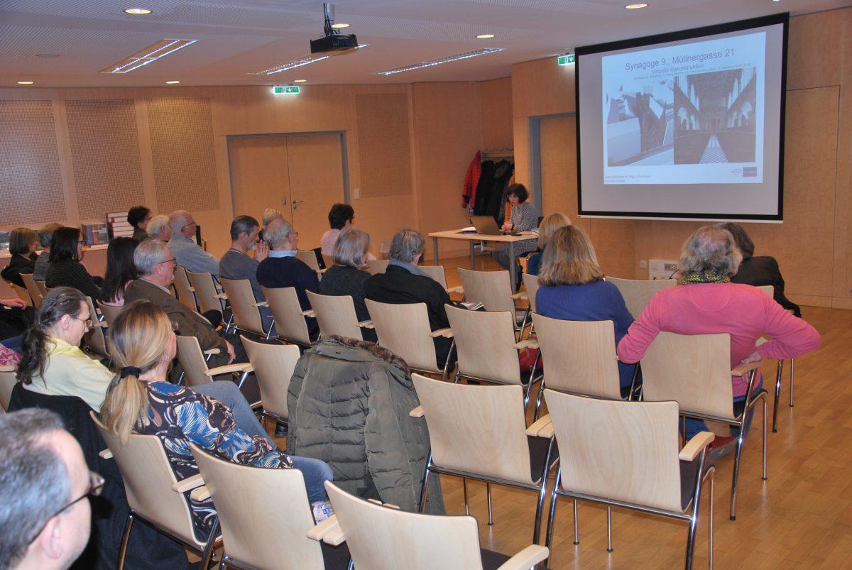 Mag.a Shoshana Duizend-Jensen bei ihrem Vortrag im gut besuchten Vortragssaal des Wiener Stadt- und Landesarchivs (Foto: Alfred Paleczny)