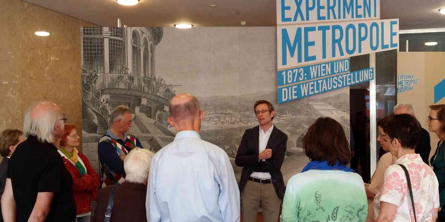 Mitglieder des Vereins bei einer Führung durch die Ausstellung Experiment Metropole - Wien und die Weltausstellung 1873