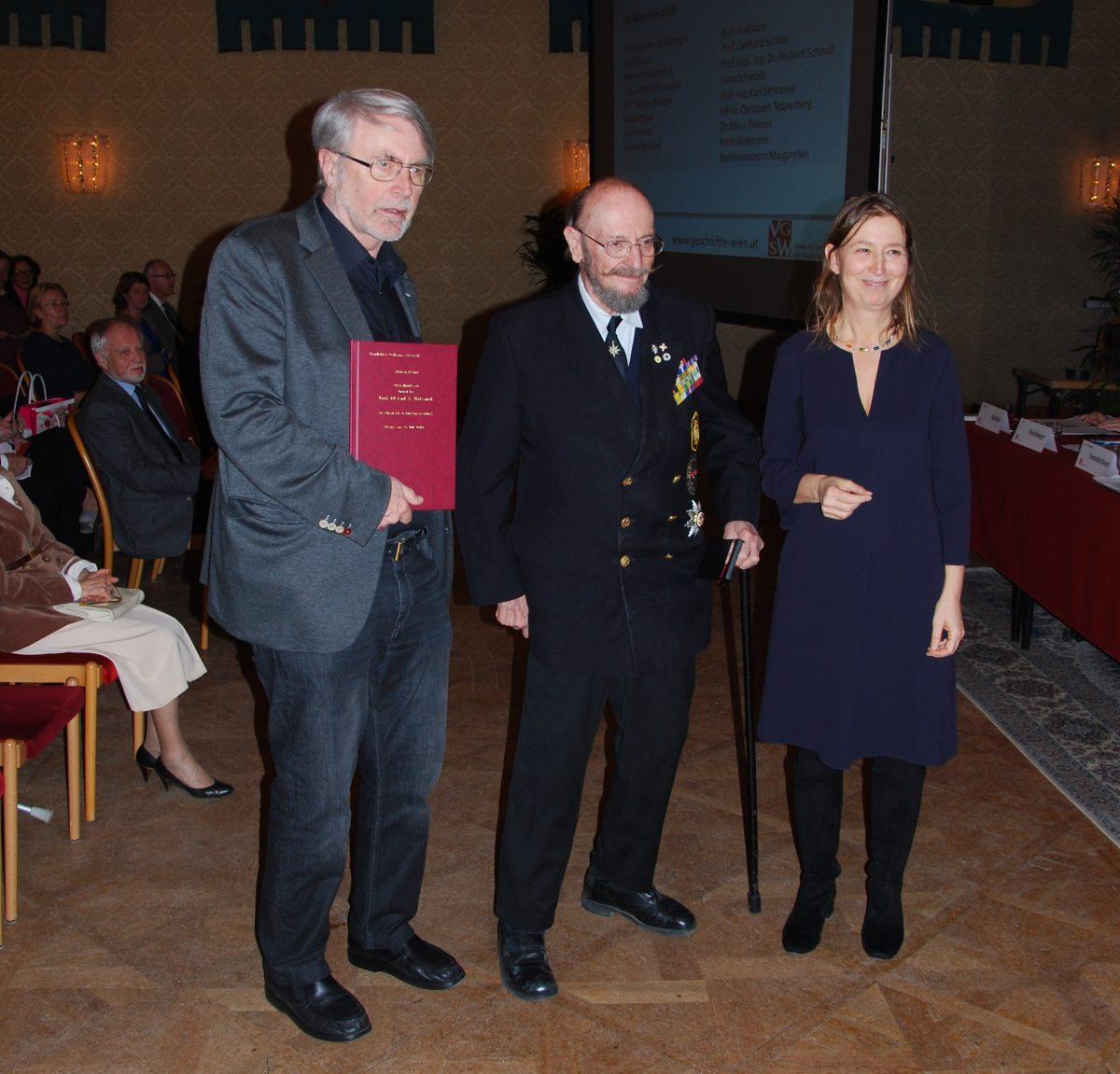 Oberst A.D. Karl Skrivanek, Ehrenpräsident des Österreichischen Marineverbandes, nahm die silberne Medaille des Vereins für seine 40-jährige Mitgliedschaft entgegen (Foto: Alfred Paleczny)