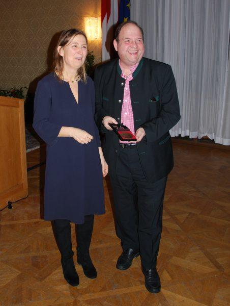 Der Schauspieler Gerald Pichowetz erhielt die bronzene Medaille des Vereins für seine 25-jährige Mitgliedschaft (Foto: Alfred Paleczny)