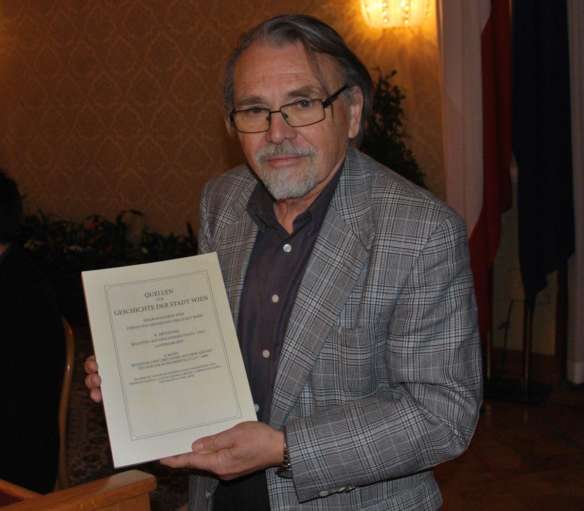 ao. Univ.-Prof. SR HR Dr. Peter Csendes mit seinem Buch (Foto: Alfred Paleczny)