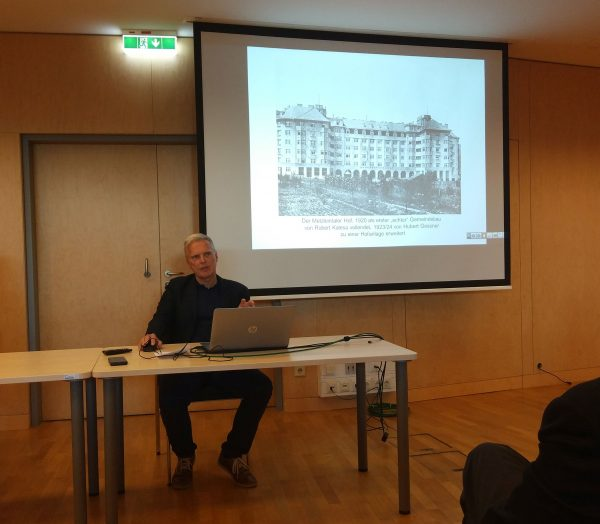 """Werner T. Bauer bei seinem Vortrag """"Das Rote Wien – ein Panorama"""" (Foto: Christoph Sonnlechner)"""