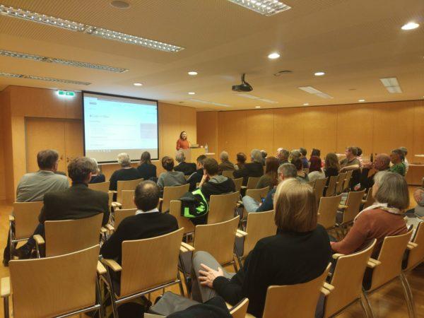 Direktorin Dr. Brigitte Rigele MAS begrüßt die zahlreichen Anwesenden. Foto: Christoph Sonnlechner