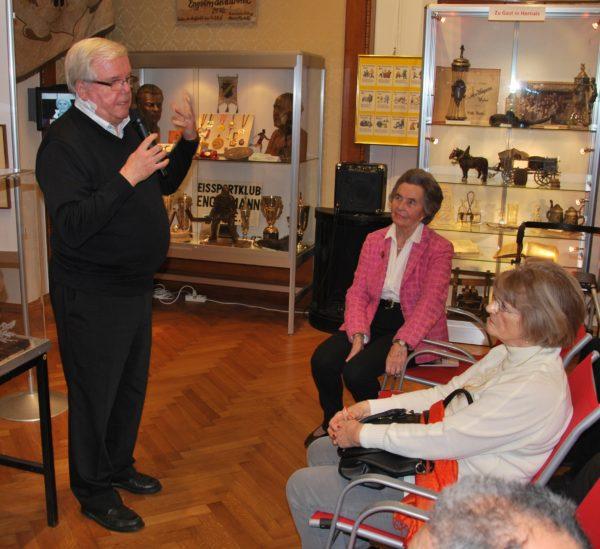 SR Dr. Helmut Kretschmer, langjähriger Vizepräsident des Vereins, begrüßt Museumsleiterin Trude Neuhold und die anwesenden Vereinsmitglieder(Foto: Alfred Paleczny)