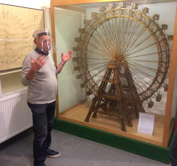 Mag, Georg Friedler vor einem Modell des Riesenrades, das aus gebrauchten Zündhölzern hergestellt wurde