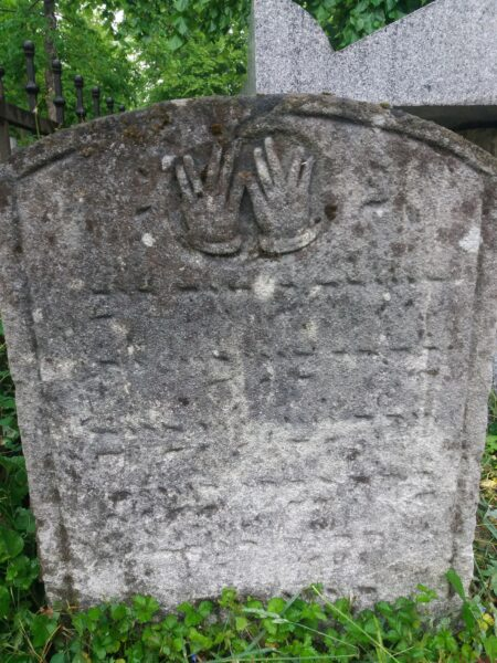 Jüdischer Grabstein mit segnenden Händen (Foto: Susanne Claudine Pils)